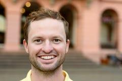 Uomo motivato entusiasta con un grande sorriso Immagini Stock Libere da Diritti
