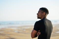 Uomo motivato nero dopo avere corso alla spiaggia Fotografie Stock Libere da Diritti