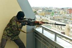 Uomo munito con l'arma Fotografia Stock