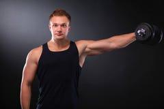 Uomo muscolare bello che risolve con le teste di legno Immagini Stock Libere da Diritti