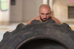 Uomo muscolare che esercita allenamento di Crossfit dalla vibrazione della gomma Immagine Stock Libera da Diritti