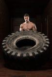 Uomo muscolare che esercita allenamento di Crossfit dalla vibrazione della gomma Fotografie Stock