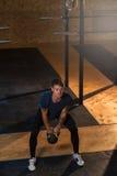 Uomo muscolare che fa allenamento con kettlebell Immagini Stock Libere da Diritti