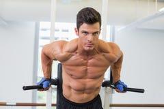 Uomo muscolare che fa allenamento di forma fisica del crossfit Immagine Stock