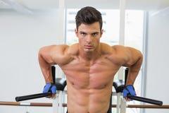 Uomo muscolare che fa allenamento di forma fisica del crossfit in palestra Fotografia Stock Libera da Diritti