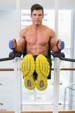 Uomo muscolare che fa allenamento di forma fisica del crossfit in palestra Immagini Stock