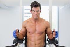 Uomo muscolare che fa allenamento di forma fisica del crossfit in palestra Fotografie Stock Libere da Diritti