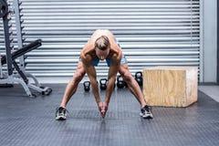 Uomo muscolare che fa allungamento del corpo Fotografie Stock Libere da Diritti
