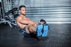 Uomo muscolare che fa esercizio con palla medica Immagine Stock Libera da Diritti