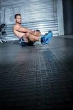 Uomo muscolare che fa esercizio con palla medica Fotografia Stock