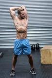 Uomo muscolare che fa gli stretchings del braccio Fotografie Stock Libere da Diritti