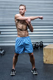 Uomo muscolare che fa gli stretchings del braccio Immagine Stock