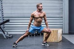 Uomo muscolare che fa gli stretchings della gamba Fotografia Stock