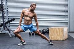 Uomo muscolare che fa gli stretchings della gamba Fotografie Stock Libere da Diritti