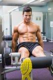 Uomo muscolare che fa un allenamento della gamba alla palestra Fotografia Stock