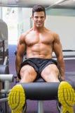 Uomo muscolare che fa un allenamento della gamba alla palestra Fotografia Stock Libera da Diritti