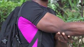 Uomo muscolare che flette il bicipite video d archivio