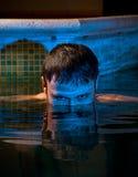 Uomo muscolare che propone nella piscina Fotografie Stock