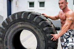 Uomo muscolare che riposa dopo l'allenamento della gomma Immagini Stock