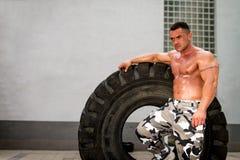 Uomo muscolare che riposa dopo l'allenamento della gomma Fotografia Stock Libera da Diritti