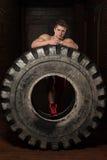 Uomo muscolare che riposa dopo l'allenamento della gomma Immagine Stock Libera da Diritti