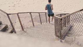 Uomo muscolare che risolve sui punti alla spiaggia archivi video
