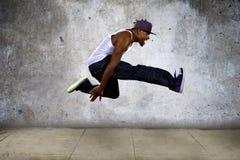 Uomo muscolare che salta su Immagini Stock Libere da Diritti