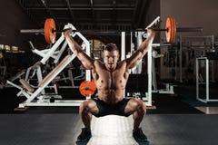 Uomo muscolare che solleva un bilanciere Fotografia Stock Libera da Diritti