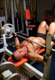 Uomo muscolare con il dumbbell Immagini Stock Libere da Diritti