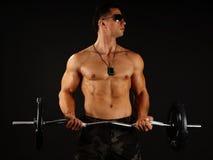 Uomo muscolare con il dumbbell fotografia stock libera da diritti