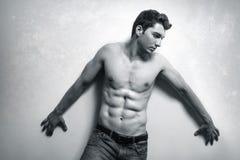 Uomo muscolare con l'ABS sexy fotografia stock libera da diritti