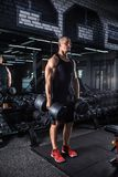 Uomo muscolare durante l'allenamento nella palestra Immagine Stock Libera da Diritti