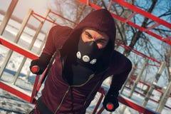Uomo muscolare maschio che fa gli esercizi sulle barre Fotografia Stock Libera da Diritti