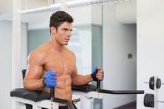 Uomo muscolare risoluto che fa allenamento di forma fisica del crossfit in palestra Fotografie Stock