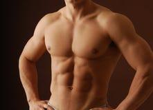 Uomo muscolare senza camicia immagine stock libera da diritti