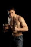 Uomo muscolare sexy con Dumbells Fotografie Stock Libere da Diritti
