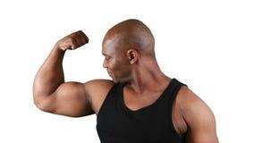 Uomo muscolare sorridente con carne che flette i muscoli archivi video