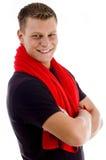 Uomo muscolare sorridente con il tovagliolo e le braccia attraversate Immagini Stock Libere da Diritti