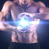 Uomo muscolare su fondo nero Immagini Stock Libere da Diritti