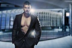 Uomo muscolare in ufficio immagine stock libera da diritti