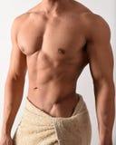 Uomo muscolare in un asciugamano fotografia stock
