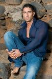 Uomo muscoloso con il pullover Fotografie Stock