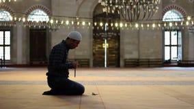 Uomo musulmano alla moschea, culto con le perle di preghiera o rosario archivi video