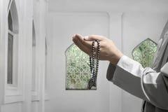 Uomo musulmano che solleva mano e che prega al dio Fotografie Stock Libere da Diritti