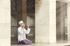 Uomo musulmano religioso che prega all'Allah fotografia stock libera da diritti