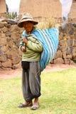 Uomo natale del Perù in un villaggio immagini stock libere da diritti