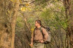 Uomo in natura con lo zaino - paesaggio fotografia stock libera da diritti