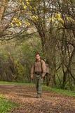 Uomo in natura con lo zaino - ritratto immagini stock libere da diritti