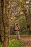 Uomo in natura con lo zaino - ritratto fotografia stock