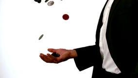 Uomo nei chip di lancio e di cattura del vestito del casinò stock footage